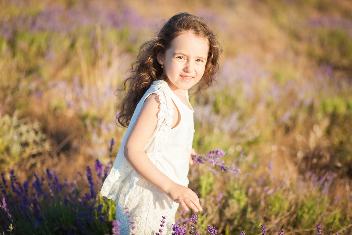 Девочка с букетом лаванды