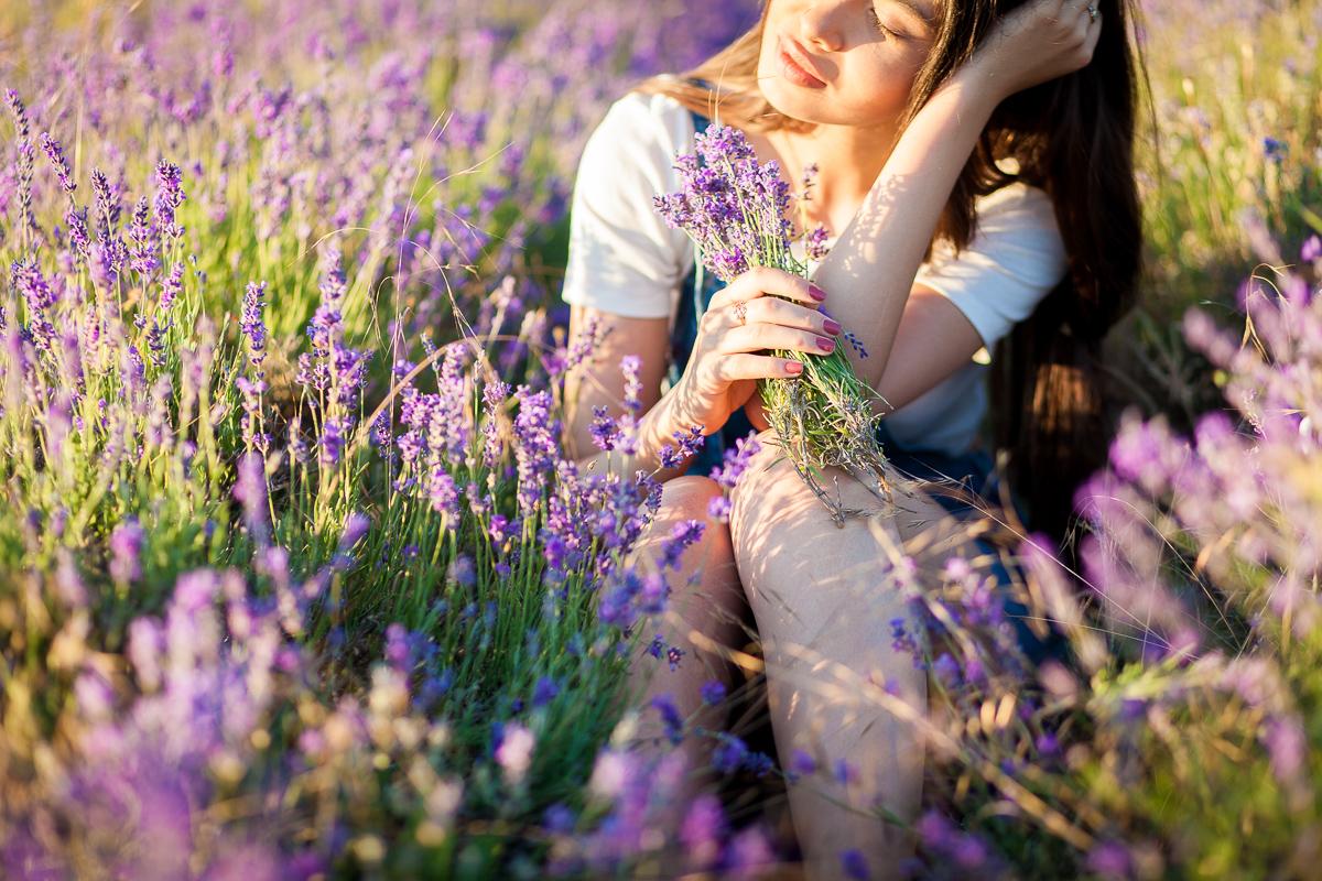 Девушка в лавандовом поле в Крыму