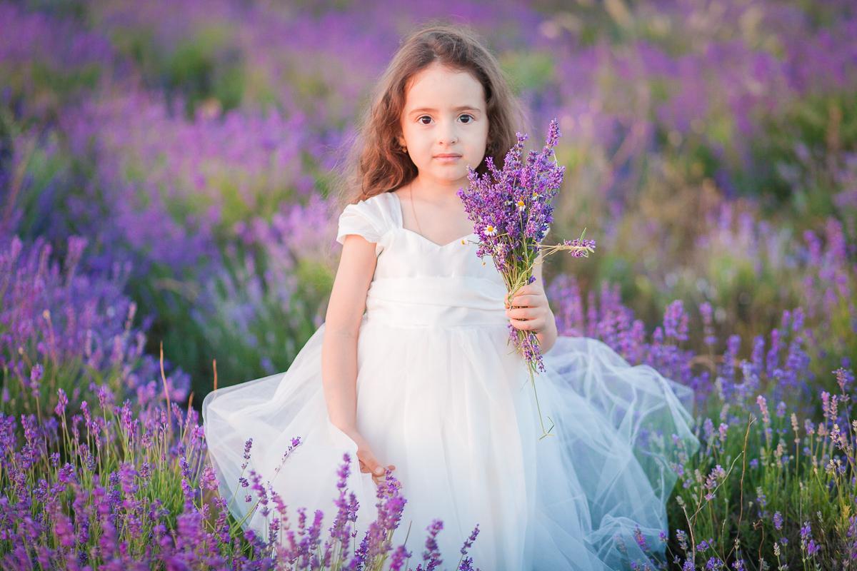 Девочка в лавандовом поле