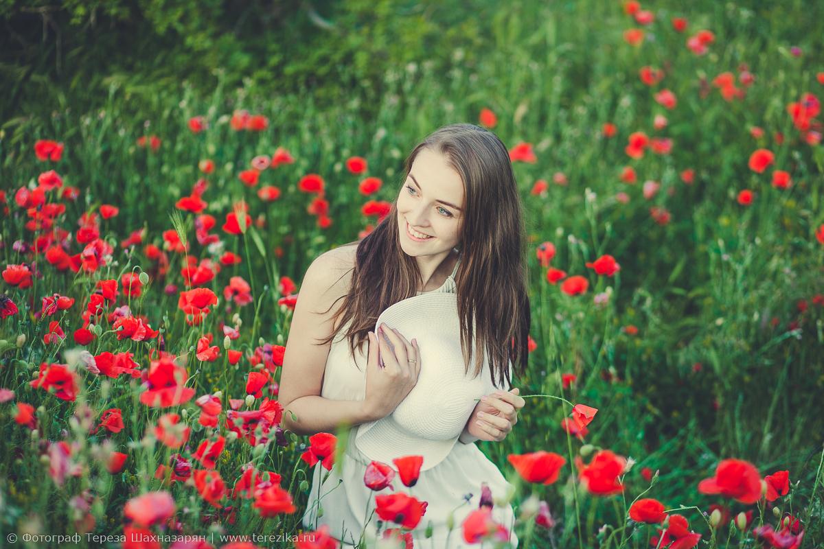 Девушка на поляне с красными маками