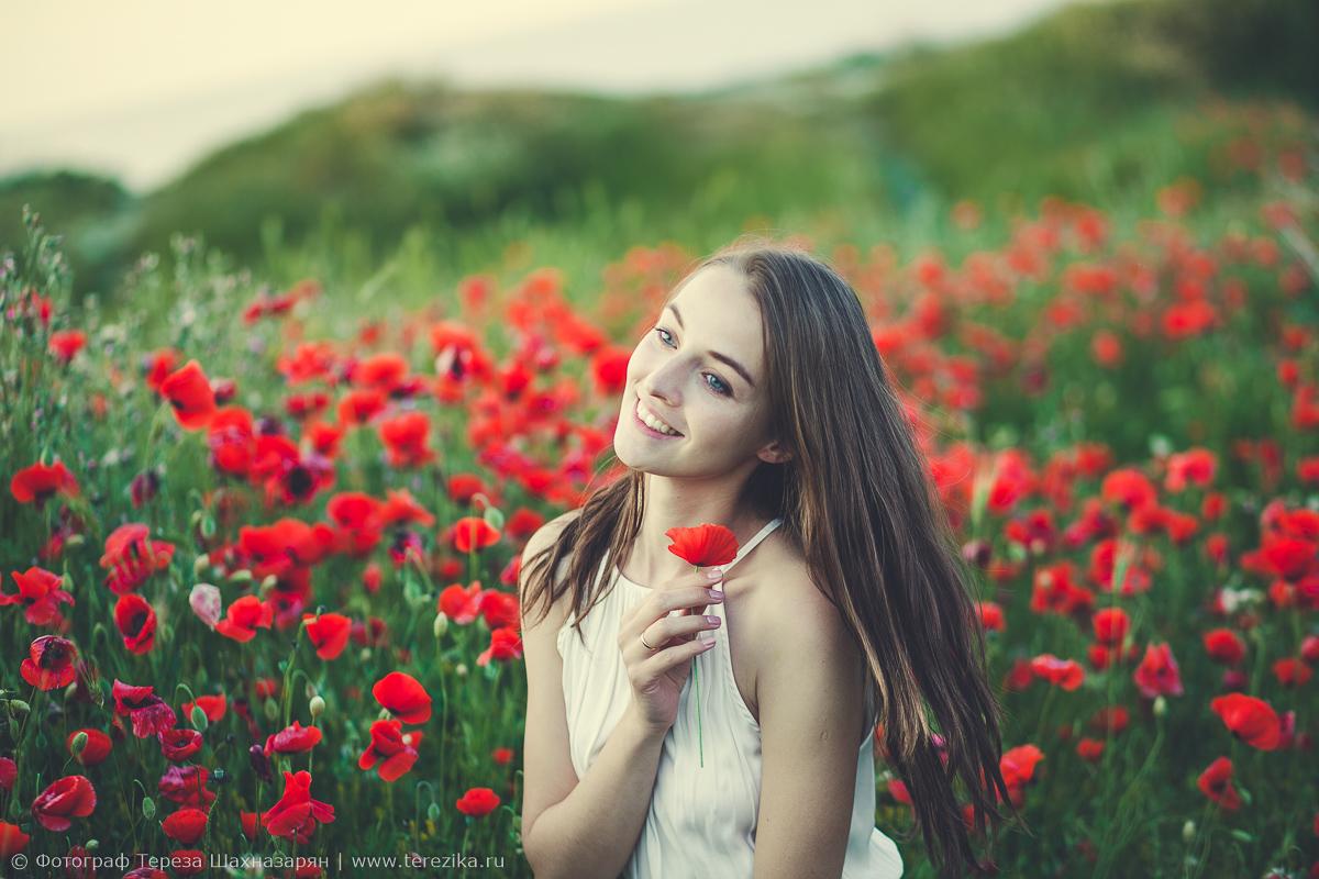 Девушка в красных маках
