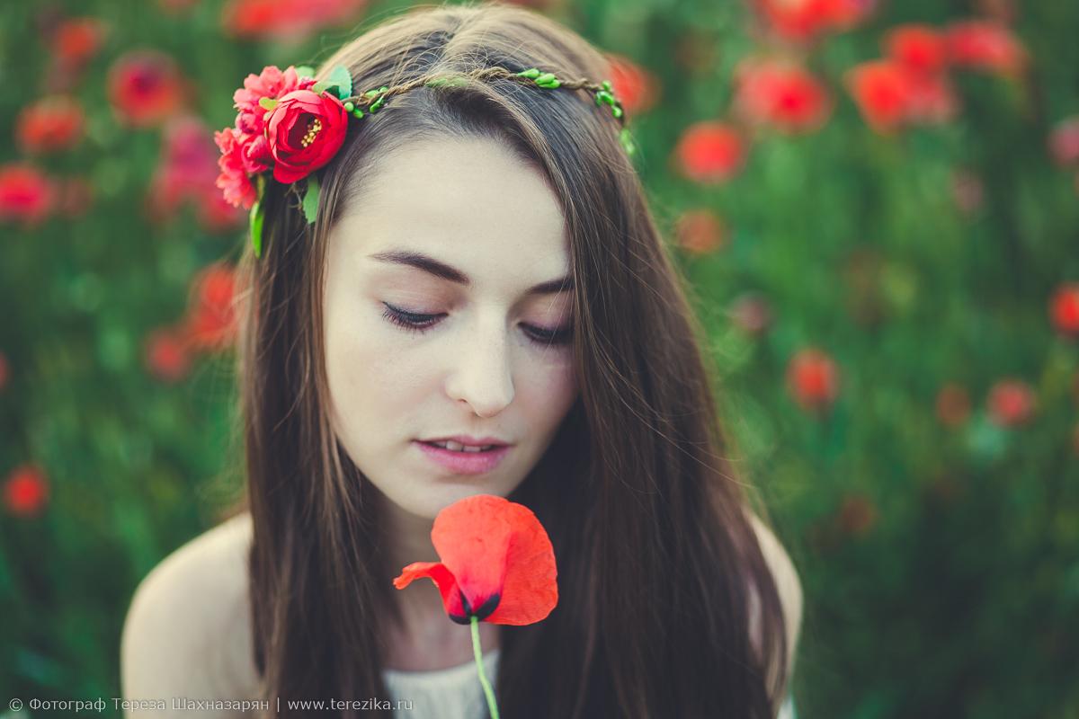 Девушка с красным маком